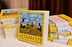 """Publication du livre de photos """"L'art contemporain du Vietnam"""""""