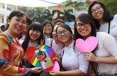 Le Premier ministre Nguyên Xuân Phuc félicite des enseignants vietnamiens