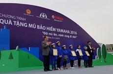 Yamaha Motor Vietnam remet 11.000 casques aux élèves de Thanh Hoa