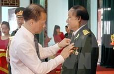 Le Laos honore des volontaires et experts vietnamiens