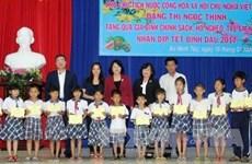 La vice-présidente offre des cadeaux de Têt aux enfants en difficulté à Long An