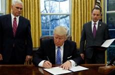 Donald Trump signe l'acte de retrait des États-Unis du TPP