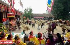 Un festival de village avec des buffles en paille