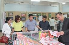 Des journaux printaniers offerts aux soldats et à la population du district insulaire de Truong Sa