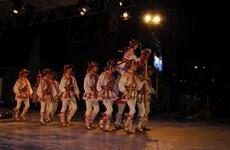 Présentation de danses folkloriques roumaines au Vietnam