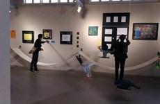 Peinture : une soixantaine d'œuvres d'artistes autistes exposées à Hanoï