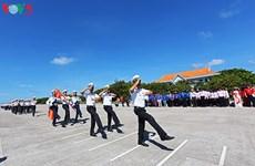 Cérémonie de salut du drapeau national à Truong Sa