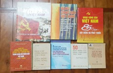 De nombreux documents sur l'histoire du PCV lors d'une foire aux livres anciens à Hanoï