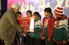 Cadeaux du Têt pour les pauvres de Hanoi