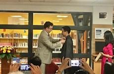 L'insigne de Chevalier de l'Ordre des Arts et des Lettres au traducteur Nguyen Nhat Anh