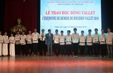Remise de 144 bourses Vallet aux élèves et étudiants brillants à Nghê An