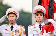 Cérémonie de hissement  du drapeau en berne en mémoire du président Trân Dai Quang