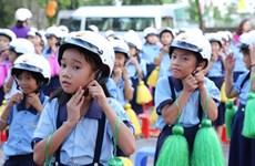 Des milliers de casques et trousses de secours offerts à des élèves de Hanoï