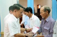 La VNA offre des cadeaux aux familles méritantes de Quang Tri