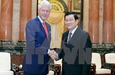 Le président Truong Tan Sang rencontre l'ancien président Bill Clinton