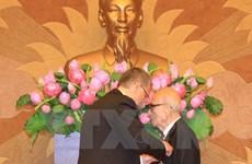 Le professeur Vu Khieu décoré de la Croix de Chevalier de Hongrie
