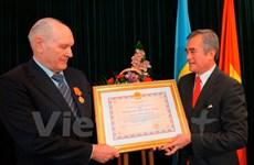 Remise de l'Ordre de l'amitié à un citoyen ukrainien