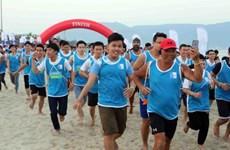 Près de 5.000 participants à la 2e course à pieds nus le long de la mer à Dà Nang