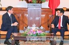 Pham Binh Minh reçoit deux diplomates laotien et singapourien