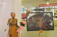 Remise de la photo «La plus belle vieille femme du monde» au Vietnam