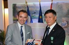La France décore l'ancien directeur de la Bibliothèque nationale du Vietnam