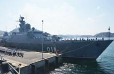 Un navire de la Marine singapourienne au port de Cam Ranh.