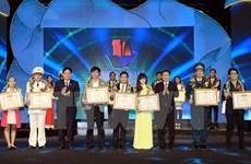 Remise de prix à dix jeunes Vietnamiens exemplaires