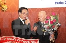 L'ambassadeur du Vietnam à Prague salue les auteurs du Dictionnaire tchèque-vietnamien