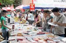 Exposition de livres sur le Renouveau et le développement du Vietnam