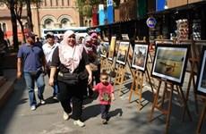 Des photos sur le Vietnam s'exposent en pleine rue de Hô Chi Minh-Ville