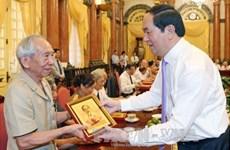 Le président Trân Dai Quang rencontre des anciens gardiens de l'Oncle Hô