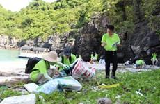 Des bénévoles participent à la collecte des déchets à la baie de Ha Long