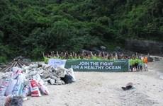 Une centaine de volontaires nettoient des îles et îlots de la baie de Ha Long