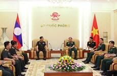 Des dirigeants de la défense rencontrent des hôtes laotiens et américains