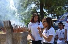 Des jeunes Viêt kiêu visitent l'ancienne citadelle de Quang Tri