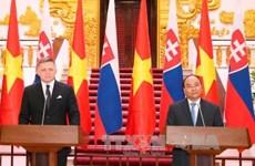 Entretien entre les Premiers ministres vietnamien et slovaque