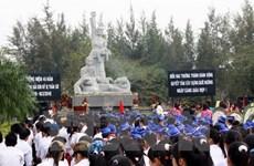 Des jeunes Viêt kiêu visitent le mémorial de Son My