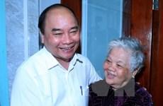 Nguyen Xuan Phuc offre des cadeaux à des familles méritantes à Can Tho