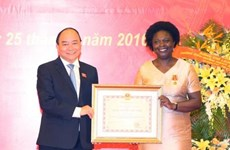 Remise de l'Ordre de l'amitié à Victoria Kwakwa
