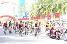 Départ de la course cycliste internationale VTV-Hoa Sen 2016