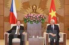 Le vice-président de l'AN Uong Chu Luu reçoit des sénateurs tchèques