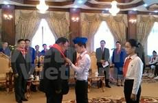 Les jeunes Vietnamiens et Laotiens cultivent les relations traditionnelles bilatérales
