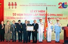 Le PM décore l'Université de business et de technologie de Hanoi