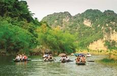 En sampan à Tràng An, patrimoine mondial de l'UNESCO