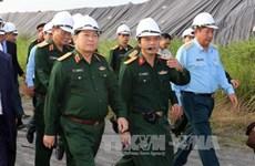 Le ministre Ngô Xuân Lich inspecte le projet de désintoxication de l'aéroport de Da Nang