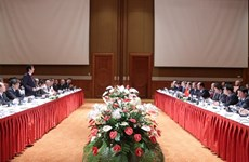 Les PM Nguyen Xuan Phuc et Shinzo Abe coprésident un colloque d'entreprises Vietnam-Japon
