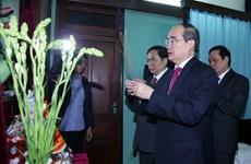 Le président du Front de la Patrie du Vietnam rend hommage au Président Hô Chi Minh