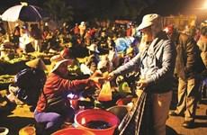 À Cao Thuong, un marché nocturne aux frontières du réel