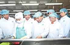 Le Premier ministre Nguyên Xuân Phuc visite la société Minh Phu de Ca Mau