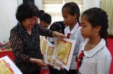 Remise de bourses d'études à des élèves d'ethnies minoritaires et de régions maritimes